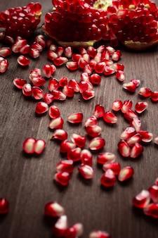 木製のテーブルの上のザクロの種子