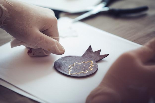 빈 종이에 석류 모양 종이 접기. 고품질 사진