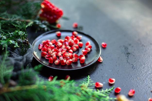 テーブルの上のザクロの甘い熟した赤い果実