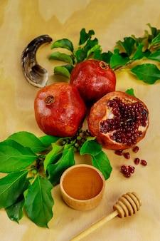 熟した種子と蜂蜜とザクロ。ユダヤ人の新年のロッシュハシャナ。