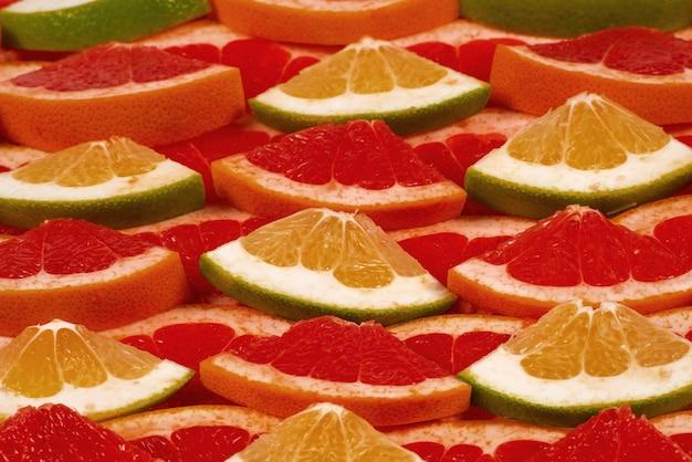ザボンとグレープフルーツのジューシーなスライスの背景。