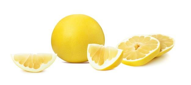 白い背景に分離されたザボンの柑橘系の果物とスライス