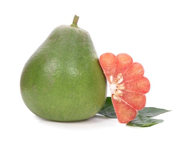 白い背景に分離された葉を持つザボン柑橘系の果物。