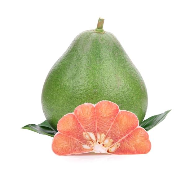 白で隔離の葉を持つザボン柑橘系の果物