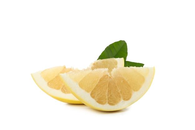 白い背景で隔離のザボンの果実のスライス