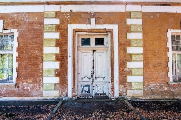Pommer mansion、壊れたファサードのある古い廃墟の建物の入り口のドア