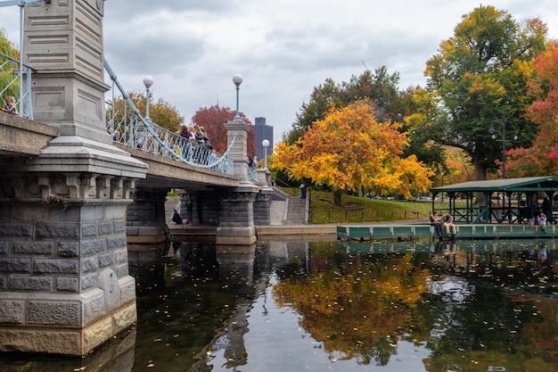 가 시즌에 흐린 날에 보스턴 가든 파크 연못