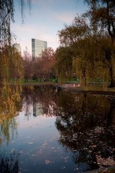 米国マサチューセッツ州ボストンの池 Premium写真