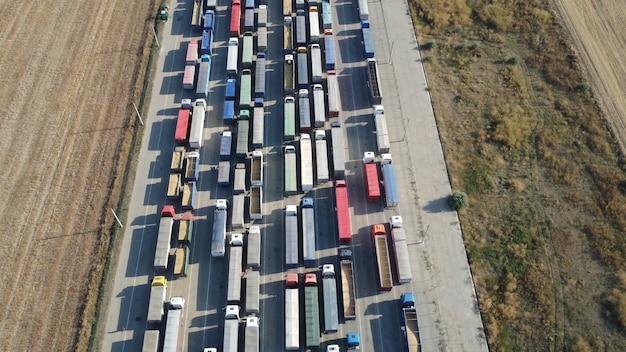 オデッサの港湾に並んでいるトラックの大きな列の上にあるponlyad。