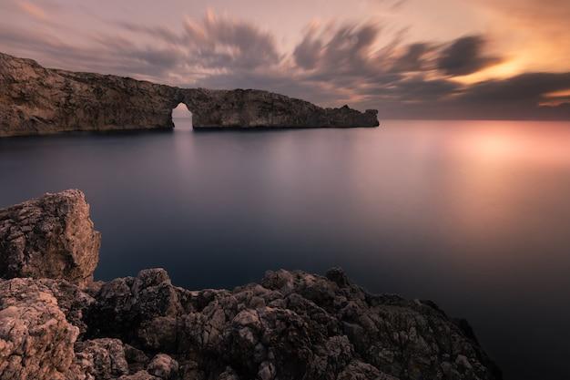 Знаменитый pont d'en gil на западном побережье менорки, балеарские острова, испания.