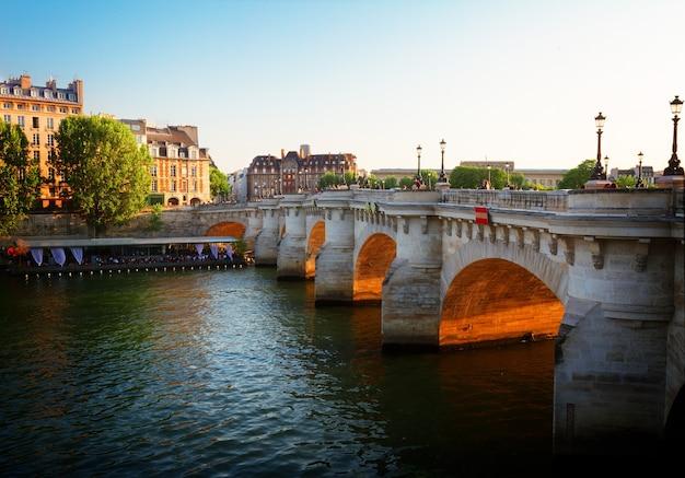 晴れた夏の日没、パリ、フランスのポンヌフ、トーン