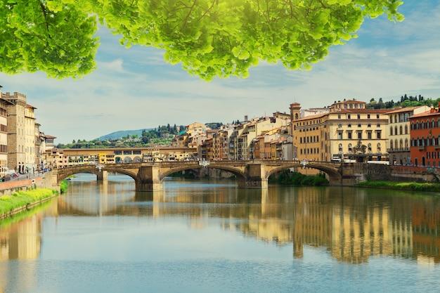 이탈리아 피렌체 아르노 강 위의 폰테 산타 트리니타 다리와 베키오 다리