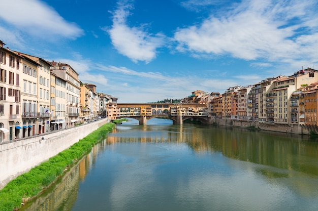 이탈리아 피렌체 아르노 강 위에 중세 주택이 있는 폰테 산타 트리니타 다리와 베키오 다리