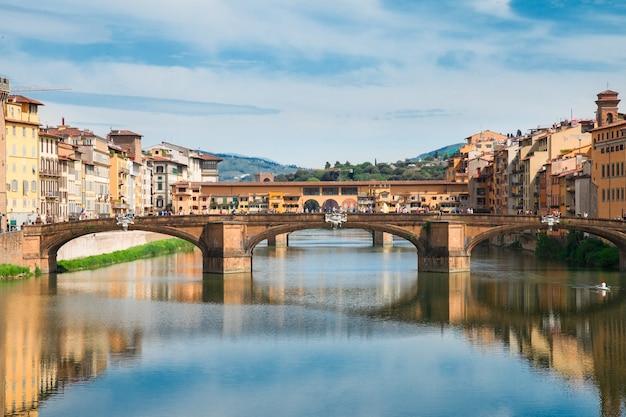 이탈리아 피렌체 아르노 강 위의 폰테 산타 트리니타 다리