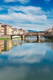 반사가 있는 아르노 강 위의 폰테 산타 트리니타 다리, 피렌체, 이탈리아