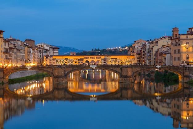 밤에 아르노 강에 반사된 폰테 산타 트리니타 다리, 피렌체, 이탈리아