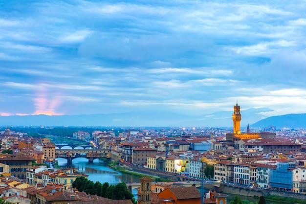 Понте веккио и палаццо веккио во флоренции, италия