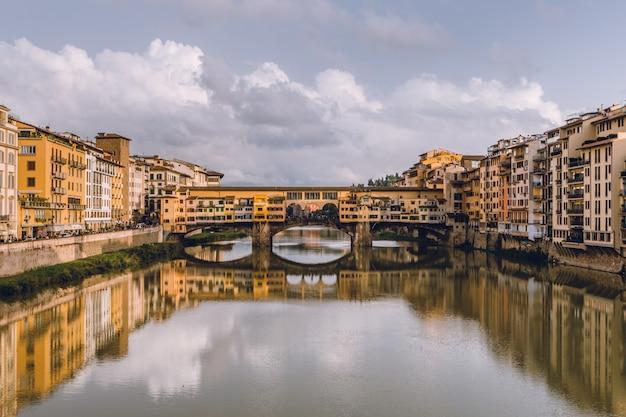 Взгляд ponte vecchio во флоренции (firenze) в пасмурном дне. bea