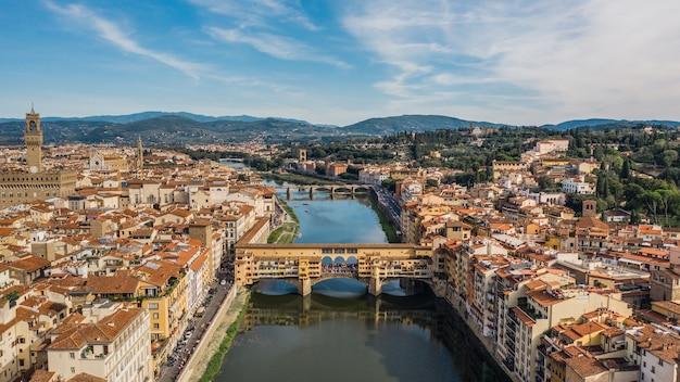 피렌체의 베키오 다리. 로마 기원의 그림 같은 중세 아치형 강 다리