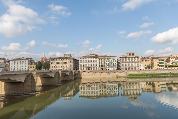 Понте веккио через реку арно во флоренции, италия