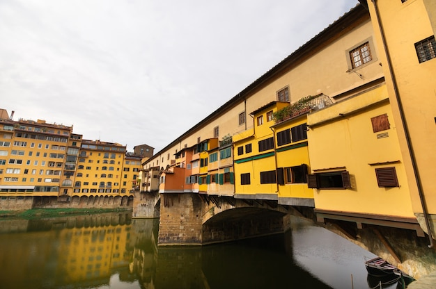 イタリア、フィレンツェのアルノ川に架かるヴェッキオ橋。