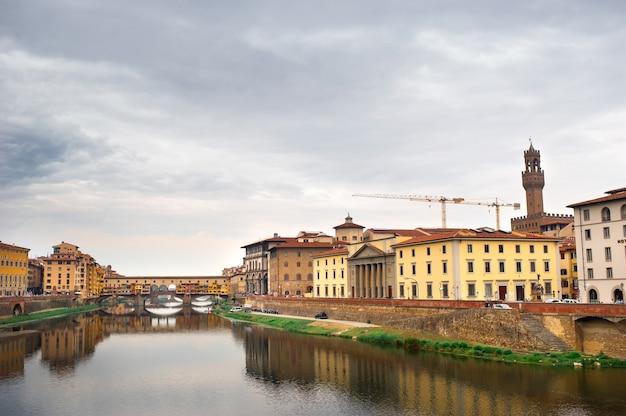 イタリア、フィレンツェのアルノ川に架かるヴェッキオ橋
