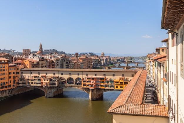 Понте веккьо над рекой арно и коридором вазари во флоренции, италия.