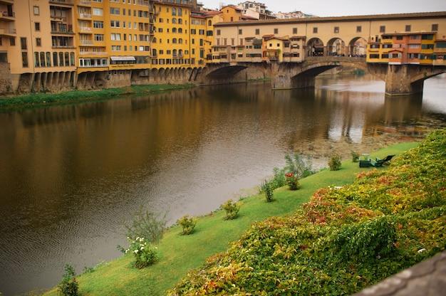 アルノ川とルンガルニからのヴェッキオ橋の眺め、フィレンツェの春の夕日-イタリア。