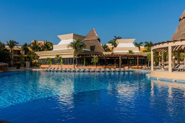 Бассейн в роскошном курортном отеле
