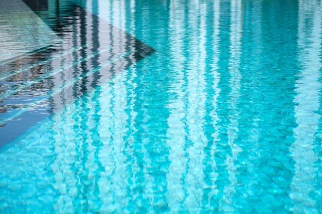 Край бассейна. голубая вода. бассейн в жилом комплексе.