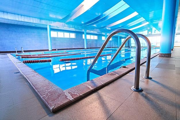 Лестница у бассейна с лестницей в пустом бассейне для занятий спортивным плаванием в центре досуга