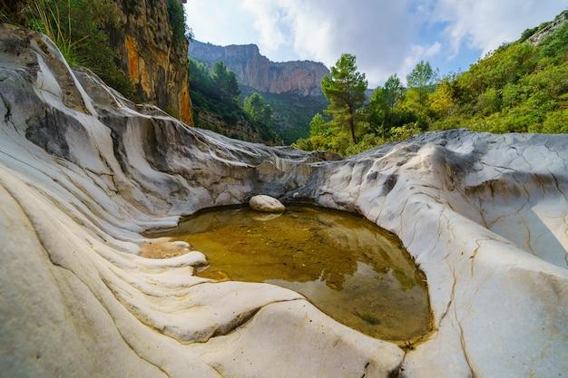 山間の谷の侵食された岩の間に閉じ込められた水のプール。
