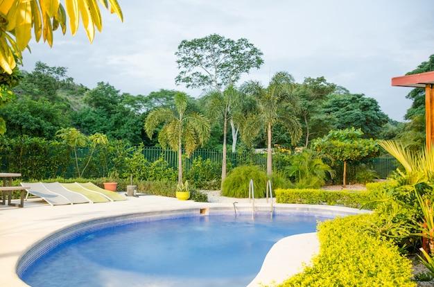 自然に囲まれたプール