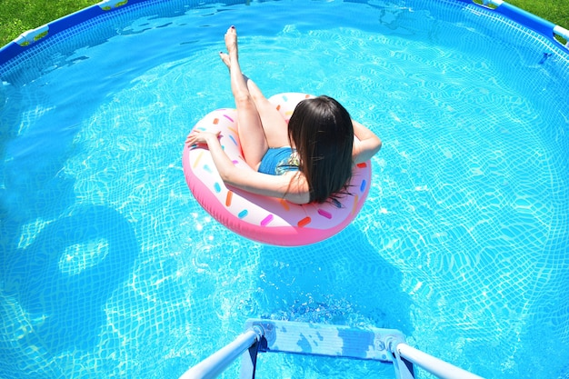 풀 타임. 소녀는 수영장에서 재미가 있습니다.