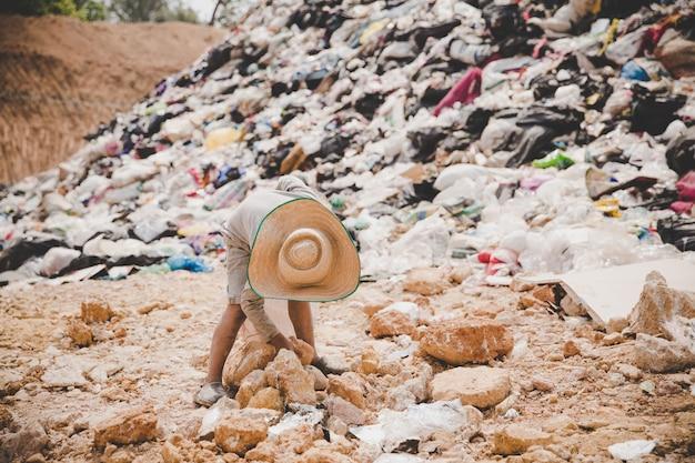 Бедные дети собирают мусор на продажу
