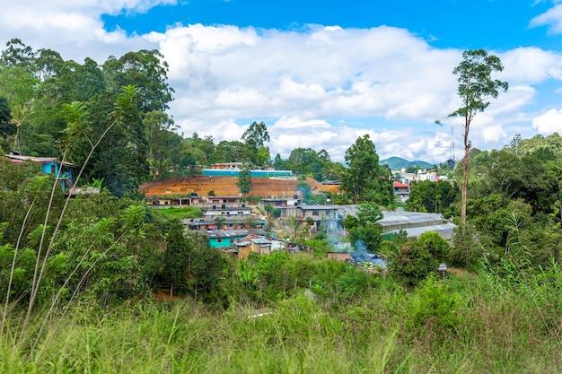 Бедные ветхие дома жителей острова шри-ланка. жилье в джунглях.