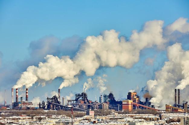 Плохая экология в городе. экологическая катастрофа. вредные выбросы в окружающую среду. дым и смог. загрязнение атмосферы заводом-изготовителем. выхлопные газы