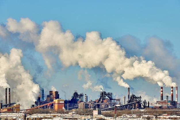 市内の劣悪な環境。環境災害。環境への有害な放出。煙とスモッグ。植物工場による大気汚染。排ガス