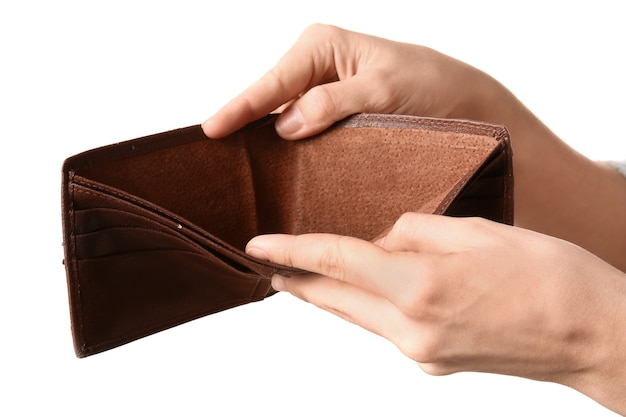 白で隔離された彼女の空の財布を示す貧しい女性