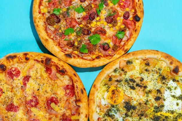 青色の背景にピザのポップアートセット