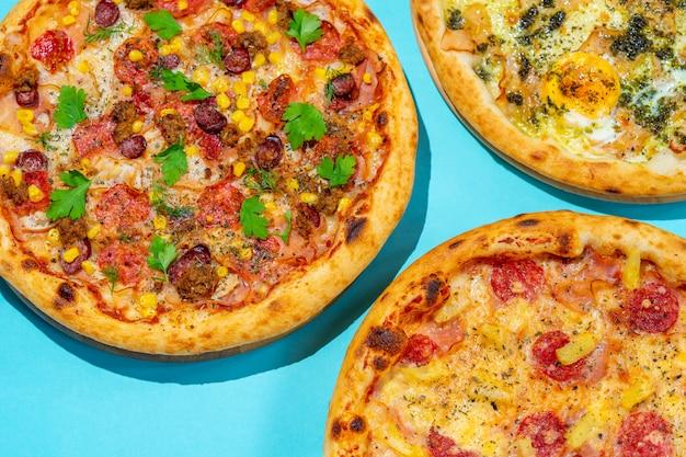 Поп-арт набор пиццы на синем фоне