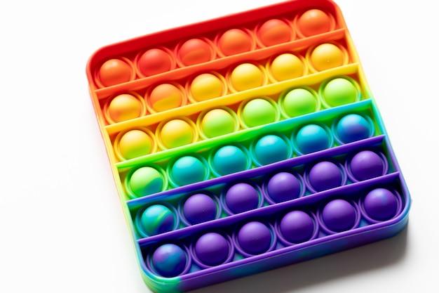 그것은 안티 스트레스 안절부절 장난감 화려한 무지개 게임 고립 된 흰색 배경 팝