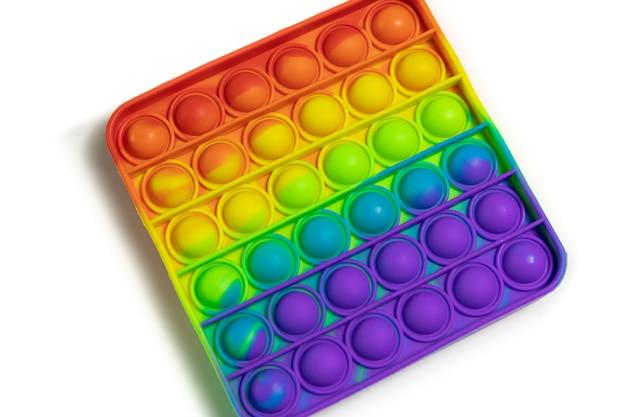 그것은 안티 스트레스 안절부절 장난감 다채로운 무지개 게임 격리 된 흰색 배경 팝