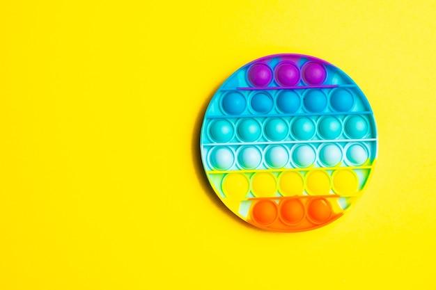 Pop it антистресс на желтом фоне современные игрушки игрушки для детей силиконовая игра а