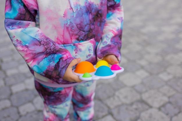 여자 손 다채로운 안티 스트레스 아이 장난감 fidget에서 그것을 피 젯 장난감 팝