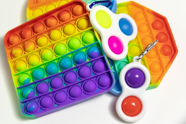 흰색 배경에 고립 된 간단한 보조개 감각 antistress fidget 장난감 팝