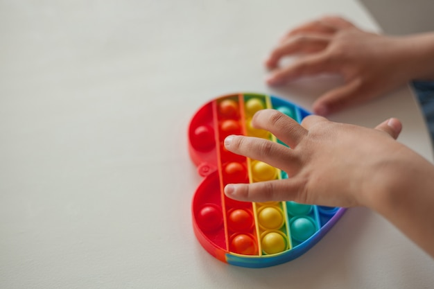 おもちゃのそわそわをポップ、子供は抗ストレスおもちゃで遊ぶ