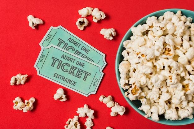 ポップコーンと映画のチケット