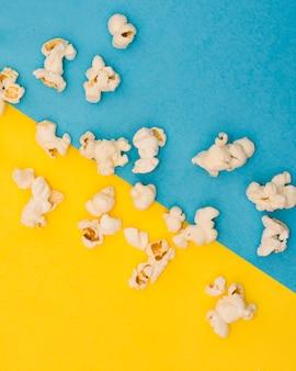 Disposizione dei popcorn su sfondo bicolore