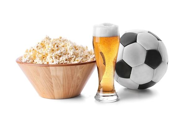 팝콘, 공 및 흰색 표면에 고립 된 라이트 맥주 잔